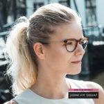vrouw draagt een bril van Johann von Goisern