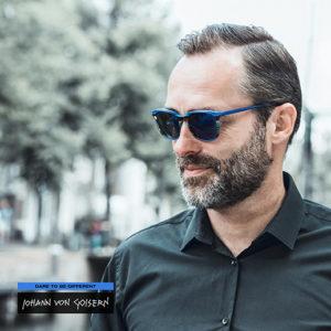 man draagt een zonnebril van Johann von Goisern