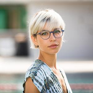 vrouw draagt een bril van VANNI