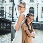 een jonge vrouw en een meisje dragen een Johann von Goisern kinderbril en een bril voor de vrouw
