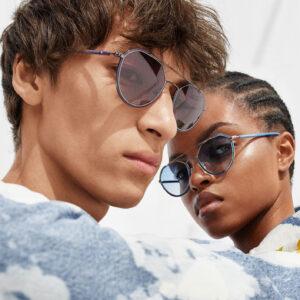 man en vrouw dragen een zonnebril van Calvin Klein
