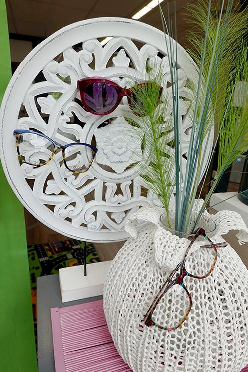 decoratie met verschillende brillen in de etalage van optique labryere