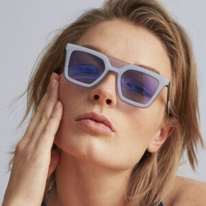 vrouw draag een fleye zonnebril