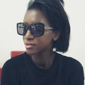 vrouw draagt een zonnebril van freakshow-eyewear