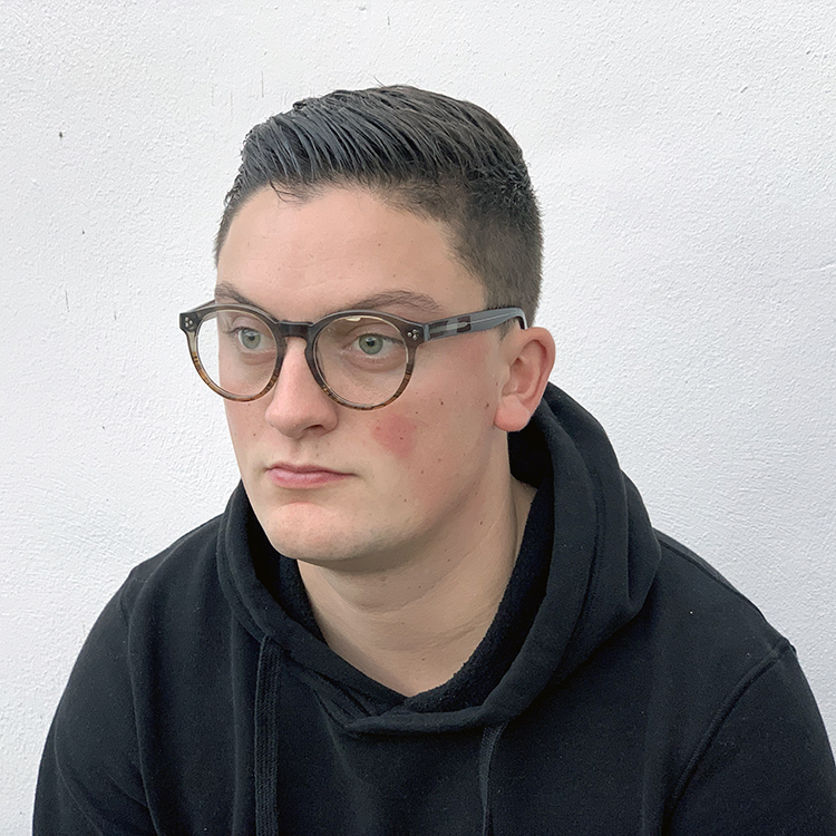 lars draagt een bril van optique labruyere