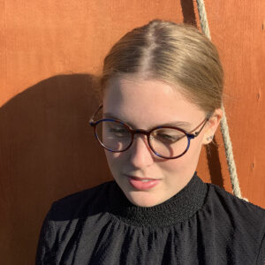 maika draagt van optique labruyere een fleye bril