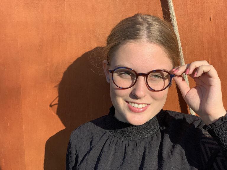 vrouw draagt een bril van optique labruyere