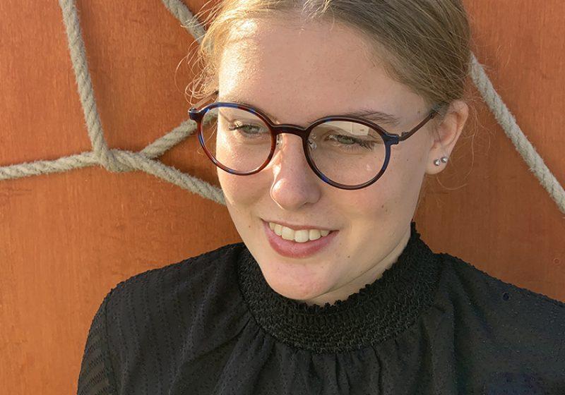 maika draagt een fleye bril van optique labryere